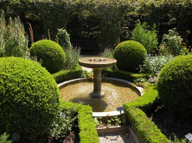 """Yvoire. Imagine din """"Jardin de cinq sens"""", Gradina celor cinci simturi este amenajata ca un labirint, fiecare dintre cele cinci zone ale sale fiind conceputa cu plante, cursuri de apa sau pasari amplasate pentru a sugera unul dintre simturi: vaz, auz, atingere, miros, gust."""