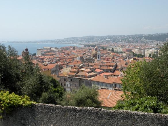 Golful Ingerilor si acoperisuri rosietice din Vieux Nice (centrul vechi al Nisei)
