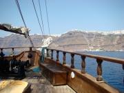 Acolo sus pe varf nu e zapada, ci o aglomerare de casute albe tipic grecesti care stralucesc in soare.