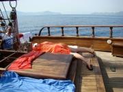 Petrecerea de zi (pe barca) este atat de strasnica, incat invitatii epuizati trag spre final un pui de somn