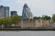 Turnul Londrei. Pe fundal se vede o clădire modernă, care are porecla de 'dovlecelul'. Se pare că șoferii de taxi londonezi dau nume dintre cele mai nefericite clădirilor. Unii dintre ei, mai obsceni, îi spun într-un fel pe care nu îl pot menționa aici... :)
