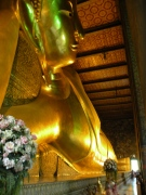 Buddha culcat pe o parte are 15 m înălțime și 43 m lungime. 