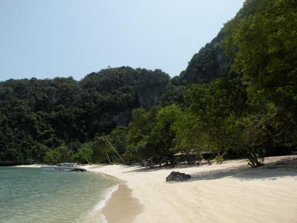 Plajă pe o insulă nelocuită în Parcul Național Marin Ang Thong, Tailanda. Beach on an uninhabited island, National Marine Parc, Thailand.  Photo: ©SLOWAHOLIC