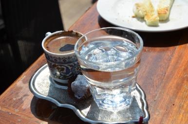 Cafea turceasca + rahat. Cea mai bună cafea din lume! Turkish coffee + Turkish Delight. The best coffee in the world! Mic dejun la Sütiș. Istanbul. Martie 2013 Breakfast at Sütiș. Istanbul. March 2013 Photo: ©SLOWAHOLIC