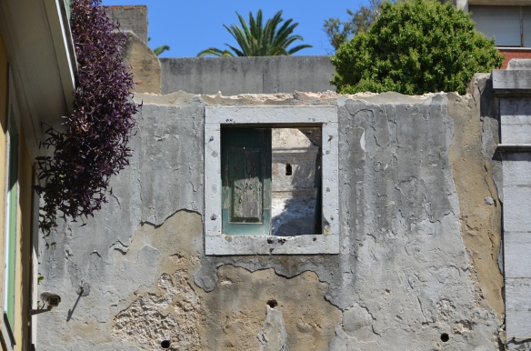 Fereastra catre nicaieri.  Window to nowhere. Lisbon, Portugal Foto: ©Slowaholic