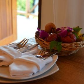 Coș cu fructe - cadou de bun venit la hotel în Koh Phi Phi, Tailanda. Fruit basket as welcome gift at the hotel in Koh Phi Phi, Thailand. Photo: ©Slowaholic