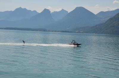 Schi nautic pe Lacul Wolfgang (Wolfgangsee). Waterskiing on Lake Wolfgang (Wolfgangsee) Photo: ©SLOWAHOLIC