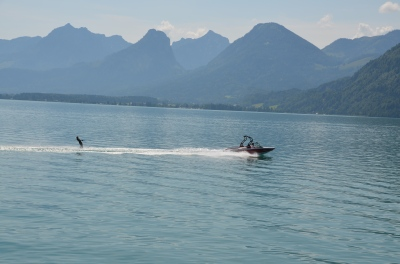 Schi nautic pe Lacul Wolfgang (Wolfgangsee). Waterskiing on Lake Wolfgang (Wolfgangsee) Photo: ©SLOWAHOLIC