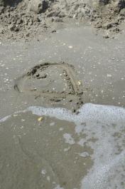 El mi-a desenat o inimă pe nisip. Marea s-a grăbit să o sărute. He drew me a heart in the sand. The sea kissed it right away. Plaja Corbu, România. Foto: ©Slowaholic
