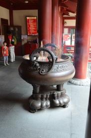 Intrarea în templu, loc pentru aprins bețișoare parfumate. Entrance, incense sticks. Buddha Tooth Relic Temple & Museum, Singapore Photo: ©Slowaholic