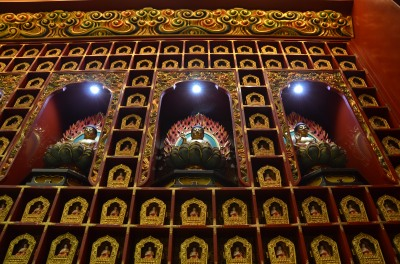 Perete cu statuete. Wall with statues. Buddha Tooth Relic Temple & Museum, Singapore Photo: ©Slowaholic