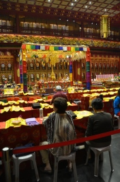 Sala de rugăciune. Prayer room. Buddha Tooth Relic Temple & Museum, Singapore Photo: ©Slowaholic
