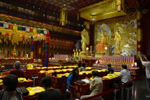 Sala de rugăciune. Buddha Tooth Relic Temple & Museum, Singapore Photo: ©Slowaholic