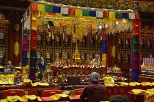 Sala de rugăciune. Buddha Tooth Relic Temple & Museum, Singapore Photo: ©Slowaholic