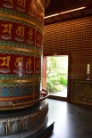 Roata de rugăciune budistă. Giant Buddha prayer wheel. Grădina de pe acoperiș. Roof top garden. Buddha Tooth Relic Temple & Museum, Singapore Photo: ©Slowaholic
