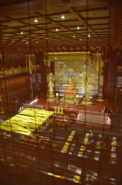 Camera de rugăciune văzută de sus. Prayer room seen from above. Buddha Tooth Relic Temple & Museum, Singapore Photo: ©Slowaholic