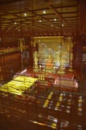 Camera de rugăciune văzută de sus. Prayer room seen from above. Buddha Tooth Relic Temple & Museum, Singapore Photo: ©Slowaholic