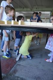Cu magnetul sub masă, ne deplasăm prin labirint.