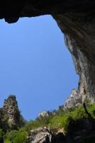 """Privind de jos în sus. """"Fântâna"""" sau izvorul râului Sorgue. Fontaine de Vaucluse. Foto: ©Slowaholic"""