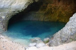 """""""Fântâna"""" sau izvorul râului Sorgue. Fontaine de Vaucluse. Foto: ©Slowaholic"""