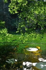 Fontaine de Vaucluse. Perfect la răcoare pe malul râului Sorgue. Fontaine de Vaucluse. Foto: ©Slowaholic