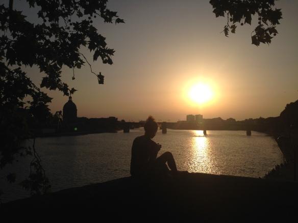 """""""Tu vois ce coucher de soleil magnifique? J'aimerai pouvoir l'arrêter... jusqu'à quand tu seras là."""" Toulouse, France. Photo: ©Slowaholic"""